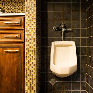 ロサンゼルスの中くらいのトランジショナルスタイルのおしゃれな子供用バスルーム (レイズドパネル扉のキャビネット、中間色木目調キャビネット、男性用トイレ、マルチカラーのタイル、ガラスタイル、セラミックタイルの床) の写真