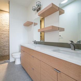 Idéer för mellanstora skandinaviska en-suite badrum, med släta luckor, skåp i mellenmörkt trä, en dusch i en alkov, en toalettstol med separat cisternkåpa, grön kakel, porslinskakel, vita väggar, vinylgolv, ett nedsänkt handfat, bänkskiva i kvartsit, grått golv och med dusch som är öppen