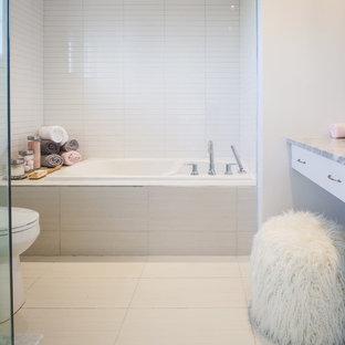 Immagine di una stanza da bagno padronale nordica di medie dimensioni con ante lisce, ante bianche, vasca da incasso, doccia ad angolo, WC monopezzo, piastrelle bianche, piastrelle in ceramica, pareti bianche, pavimento in gres porcellanato, lavabo sottopiano, top alla veneziana, pavimento bianco, porta doccia a battente e top grigio