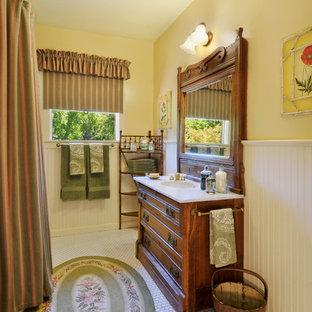 Inspiration för ett vintage badrum, med skåp i mörkt trä, vit kakel, gula väggar och dusch med duschdraperi