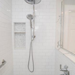 Modelo de cuarto de baño principal, tradicional renovado, pequeño, con armarios con paneles empotrados, puertas de armario grises, ducha a ras de suelo, sanitario de dos piezas, baldosas y/o azulejos blancos, baldosas y/o azulejos de cemento, paredes grises, suelo de mármol, lavabo bajoencimera, encimera de acrílico, suelo gris, ducha abierta y encimeras verdes
