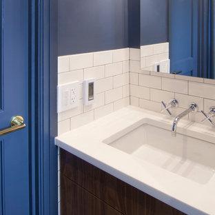 Foto di una piccola stanza da bagno classica con ante lisce, ante in legno scuro, vasca ad alcova, vasca/doccia, WC monopezzo, piastrelle bianche, piastrelle in ceramica, pareti blu, pavimento in terracotta, lavabo sottopiano, top in quarzo composito, pavimento blu, doccia con tenda e top bianco
