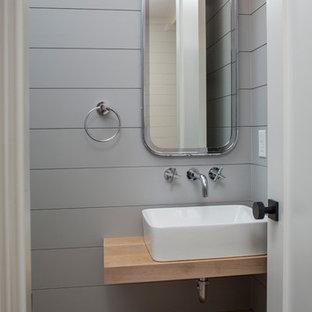 Foto di una piccola stanza da bagno con doccia stile marino con nessun'anta, ante in legno chiaro, WC a due pezzi, pareti grigie, parquet chiaro, lavabo a bacinella e top in legno