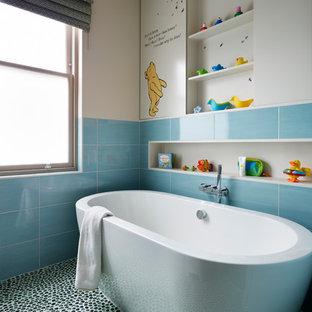 Idee per una stanza da bagno per bambini contemporanea con vasca freestanding, piastrelle in ceramica, pareti beige e pavimento con piastrelle di ciottoli