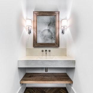 Kleines Mediterranes Duschbad mit offenen Schränken, dunklen Holzschränken, Eckbadewanne, offener Dusche, Toilette mit Aufsatzspülkasten, weißen Fliesen, Keramikfliesen, weißer Wandfarbe, braunem Holzboden, Einbauwaschbecken, Beton-Waschbecken/Waschtisch, braunem Boden und offener Dusche in Houston