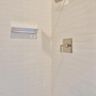 Idées déco pour une douche en alcôve classique de taille moyenne pour enfant avec un WC séparé, un carrelage gris, des plaques de verre, un lavabo encastré, un plan de toilette en surface solide, une cabine de douche à porte coulissante et un plan de toilette vert.
