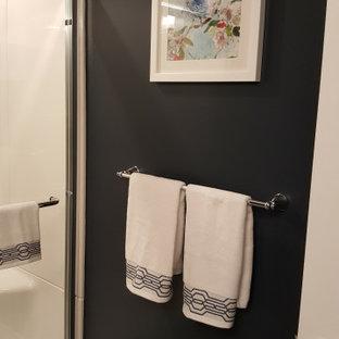 トロントのコンテンポラリースタイルのおしゃれな浴室 (白いキャビネット、アルコーブ型浴槽、アルコーブ型シャワー、一体型トイレ、青い壁、クッションフロア、オーバーカウンターシンク、珪岩の洗面台、茶色い床、引戸のシャワー、ベージュのカウンター) の写真