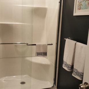 トロントのコンテンポラリースタイルのおしゃれな浴室 (白いキャビネット、アルコーブ型浴槽、シャワー付き浴槽、一体型トイレ、青い壁、クッションフロア、オーバーカウンターシンク、珪岩の洗面台、茶色い床、ベージュのカウンター) の写真