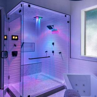 Bild på ett industriellt vit vitt en-suite badrum, med släta luckor, grå skåp, ett fristående badkar, en hörndusch, vit kakel, porslinskakel, grå väggar, cementgolv, ett undermonterad handfat, bänkskiva i kvarts, grått golv och dusch med gångjärnsdörr