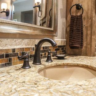 Imagen de cuarto de baño principal, rústico, de tamaño medio, con puertas de armario marrones, bañera con patas, ducha esquinera, sanitario de dos piezas, baldosas y/o azulejos beige, paredes beige, lavabo encastrado, encimera de cuarcita, suelo beige y ducha abierta