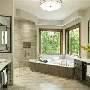 Idee per una grande stanza da bagno padronale tradizionale con pavimento in marmo, pareti beige, lavabo sottopiano, doccia ad angolo, piastrelle grigie, top in marmo, ante in legno bruno, ante lisce e vasca sottopiano