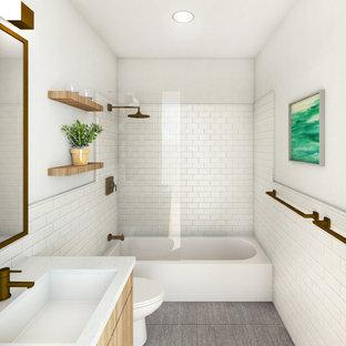 Modelo de cuarto de baño moderno, pequeño, con armarios con paneles lisos, puertas de armario de madera oscura, baldosas y/o azulejos blancos, baldosas y/o azulejos de cemento, paredes blancas, suelo de azulejos de cemento, lavabo bajoencimera, encimera de cuarzo compacto, suelo gris y encimeras blancas