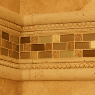 Esempio di una stanza da bagno per bambini classica di medie dimensioni con piastrelle multicolore, piastrelle di vetro e pareti beige