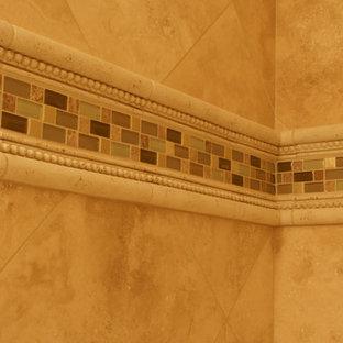 Idee per una stanza da bagno per bambini chic di medie dimensioni con vasca da incasso, piastrelle beige, lastra di pietra e pareti beige