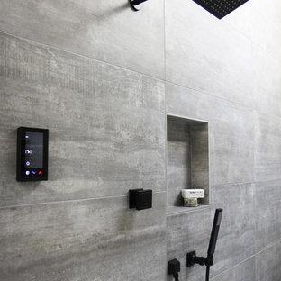 Свежая идея для дизайна: главная ванная комната среднего размера в современном стиле с фасадами с декоративным кантом, фасадами цвета дерева среднего тона, отдельно стоящей ванной, душевой комнатой, раздельным унитазом, серой плиткой, керамогранитной плиткой, белыми стенами, полом из керамогранита, накладной раковиной, столешницей из искусственного кварца, белым полом и душем с распашными дверями - отличное фото интерьера