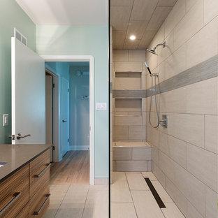 Foto di una stanza da bagno con doccia moderna di medie dimensioni con lavabo sottopiano, ante in legno scuro, doccia aperta, piastrelle beige, pareti beige, ante lisce, WC a due pezzi, piastrelle in gres porcellanato, pavimento in gres porcellanato e top in saponaria
