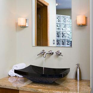 Immagine di una stanza da bagno con doccia etnica di medie dimensioni con ante lisce, ante in legno scuro, vasca sottopiano, doccia ad angolo, WC monopezzo, piastrelle beige, piastrelle di vetro, pareti bianche, pavimento in travertino, lavabo a bacinella, top in granito, pavimento beige e doccia aperta