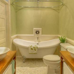 Diseño de cuarto de baño principal, clásico, pequeño, con lavabo sobreencimera, armarios tipo mueble, puertas de armario de madera clara, encimera de madera, bañera con patas, combinación de ducha y bañera, sanitario de dos piezas, baldosas y/o azulejos grises, baldosas y/o azulejos en mosaico, paredes verdes y suelo de mármol