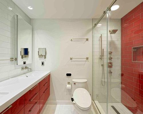 Salle de bain avec des portes de placard rouges et un for Porte de placard salle de bain