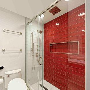 Diseño de cuarto de baño infantil, moderno, pequeño, con armarios con paneles lisos, puertas de armario rojas, ducha empotrada, sanitario de una pieza, baldosas y/o azulejos rojos, baldosas y/o azulejos de cemento, paredes blancas, suelo de baldosas de porcelana, lavabo bajoencimera y encimera de cuarzo compacto