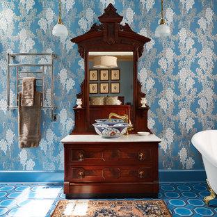Diseño de cuarto de baño principal, de estilo zen, con bañera con patas, paredes azules, armarios tipo mueble, puertas de armario de madera oscura, ducha a ras de suelo, baldosas y/o azulejos azules, lavabo sobreencimera, suelo azul y ducha abierta