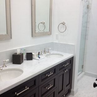 サンフランシスコの中サイズのトラディショナルスタイルのおしゃれなマスターバスルーム (落し込みパネル扉のキャビネット、黒いキャビネット、白い壁、アンダーカウンター洗面器、珪岩の洗面台、アルコーブ型シャワー、大理石タイル、モザイクタイル、白い床、開き戸のシャワー) の写真