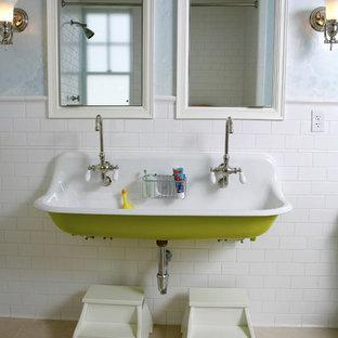 Aménagement d'une salle de bain classique pour enfant avec une grande vasque, un carrelage blanc et un carrelage métro.