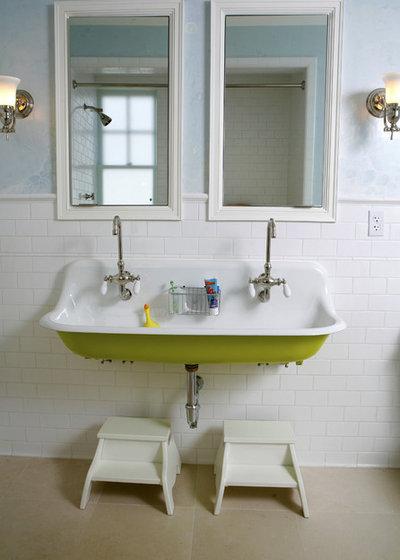 トラディショナル 浴室 by Upscale Construction