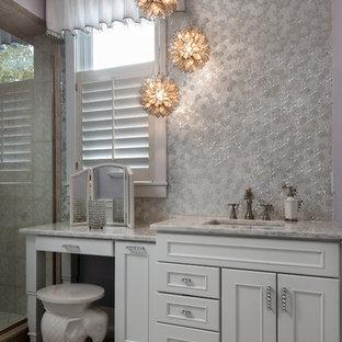 На фото: главная ванная комната в стиле шебби-шик с фасадами с выступающей филенкой, белыми фасадами и мраморной столешницей с