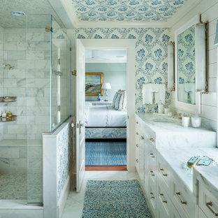 Свежая идея для дизайна: главная ванная комната в морском стиле с фасадами с утопленной филенкой, белыми фасадами, душем в нише, серой плиткой, белой плиткой, мраморной плиткой, разноцветными стенами, врезной раковиной, мраморной столешницей, разноцветным полом, душем с распашными дверями, серой столешницей, нишей, сиденьем для душа, тумбой под две раковины, встроенной тумбой, потолком с обоями и обоями на стенах - отличное фото интерьера