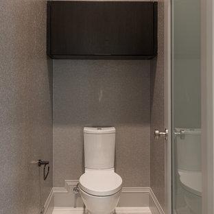 Ispirazione per una grande sauna minimal con ante lisce, ante in legno bruno, vasca freestanding, WC a due pezzi, piastrelle beige, piastrelle in gres porcellanato, pareti beige, pavimento in marmo, lavabo sottopiano e top in marmo