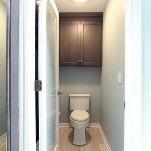 Foto de cuarto de baño principal, clásico renovado, grande, con armarios con paneles empotrados, puertas de armario grises, ducha empotrada, sanitario de dos piezas, baldosas y/o azulejos multicolor, baldosas y/o azulejos de vidrio laminado, paredes grises, suelo de piedra caliza, lavabo bajoencimera, encimera de cuarzo compacto, suelo gris, ducha con puerta con bisagras y encimeras beige