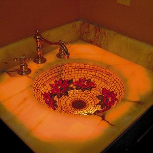 Immagine di una piccola stanza da bagno con doccia eclettica con lavabo sottopiano, consolle stile comò, ante in legno bruno, vasca da incasso, doccia aperta, WC sospeso, piastrelle multicolore, piastrelle di vetro, pareti beige e pavimento in legno massello medio