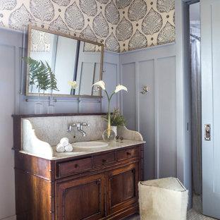 Inspiration för mellanstora klassiska vitt en-suite badrum, med möbel-liknande, marmorgolv, ett nedsänkt handfat, marmorbänkskiva, grått golv, skåp i mörkt trä och lila väggar