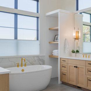 Idéer för maritima vitt en-suite badrum, med luckor med infälld panel, skåp i mellenmörkt trä, ett fristående badkar, en dusch i en alkov, en toalettstol med hel cisternkåpa, flerfärgad kakel, marmorkakel, vita väggar, marmorgolv, ett undermonterad handfat, marmorbänkskiva, vitt golv och dusch med gångjärnsdörr