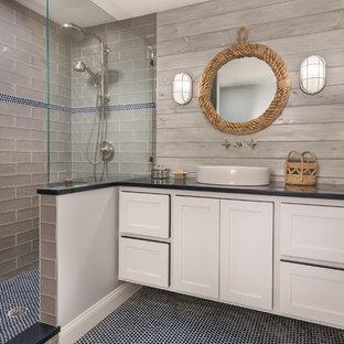 Ispirazione per una stanza da bagno con doccia costiera con ante in stile shaker, ante bianche, doccia alcova, piastrelle grigie, piastrelle diamantate, pareti grigie, pavimento con piastrelle a mosaico, lavabo a bacinella, pavimento blu, doccia aperta e top nero