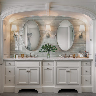 Новые идеи обустройства дома: главная ванная комната в морском стиле с фасадами с декоративным кантом, белыми фасадами, серой плиткой, плиткой кабанчик, серыми стенами, мраморной столешницей, серым полом и белой столешницей