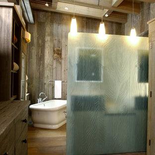Imagen de cuarto de baño rústico con bañera exenta