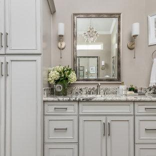 Mittelgroßes Shabby-Chic Badezimmer En Suite mit profilierten Schrankfronten, beigen Schränken, Eckdusche, weißen Fliesen, Keramikfliesen, brauner Wandfarbe, Unterbauwaschbecken, Marmor-Waschbecken/Waschtisch, braunem Boden, Falttür-Duschabtrennung und bunter Waschtischplatte in Dallas