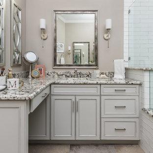 Esempio di una stanza da bagno padronale stile shabby di medie dimensioni con ante con bugna sagomata, ante beige, doccia ad angolo, piastrelle bianche, piastrelle in ceramica, pareti marroni, lavabo sottopiano, top in marmo, pavimento marrone, porta doccia a battente e top multicolore