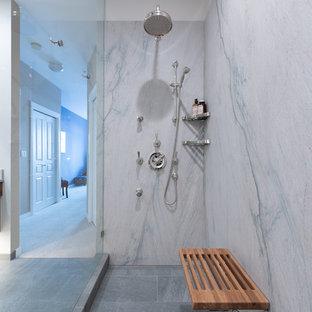 Diseño de cuarto de baño principal, contemporáneo, de tamaño medio, con armarios con paneles lisos, puertas de armario de madera oscura, ducha a ras de suelo, sanitario de dos piezas, baldosas y/o azulejos blancos, baldosas y/o azulejos de mármol, paredes blancas, suelo de baldosas de porcelana, encimera de cuarcita, suelo gris, ducha abierta y encimeras blancas