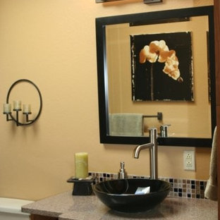 Diseño de cuarto de baño con ducha, contemporáneo, con armarios tipo mueble, puertas de armario de madera oscura, baldosas y/o azulejos beige, baldosas y/o azulejos de vidrio, suelo de bambú, lavabo sobreencimera y encimera de cuarzo compacto