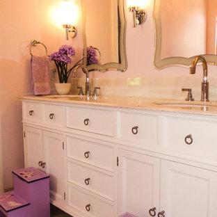 Idee per una piccola stanza da bagno per bambini tradizionale con lavabo sottopiano, consolle stile comò, ante bianche, top in marmo, vasca ad alcova, vasca/doccia, WC monopezzo, piastrelle bianche, piastrelle in gres porcellanato, pareti rosa e pavimento in gres porcellanato