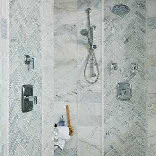 Inredning av ett klassiskt mycket stort en-suite badrum, med grå kakel, marmorkakel, marmorgolv och vitt golv