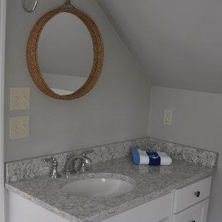 Foto di una piccola stanza da bagno padronale costiera con ante con riquadro incassato, ante bianche, doccia doppia, pistrelle in bianco e nero, piastrelle in ceramica, pareti verdi, pavimento in sughero, lavabo sottopiano, top in quarzo composito e pavimento beige