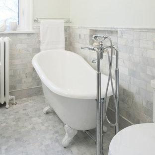 Diseño de cuarto de baño con ducha, retro, pequeño, con lavabo con pedestal, bañera con patas, sanitario de una pieza, baldosas y/o azulejos grises, baldosas y/o azulejos blancos, baldosas y/o azulejos de piedra, suelo de mármol y paredes verdes