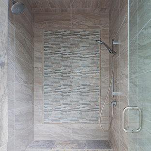 Idee per una piccola stanza da bagno padronale stile americano con zona vasca/doccia separata, piastrelle beige, piastrelle in ceramica, pavimento con piastrelle in ceramica, pavimento beige e porta doccia a battente