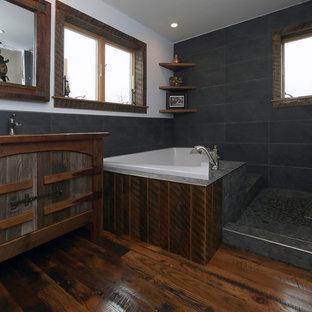 Свежая идея для дизайна: главная ванная комната среднего размера в стиле фьюжн с фасадами островного типа, искусственно-состаренными фасадами, накладной ванной, душевой комнатой, раздельным унитазом, серой плиткой, каменной плиткой, белыми стенами, паркетным полом среднего тона, накладной раковиной и столешницей из дерева - отличное фото интерьера