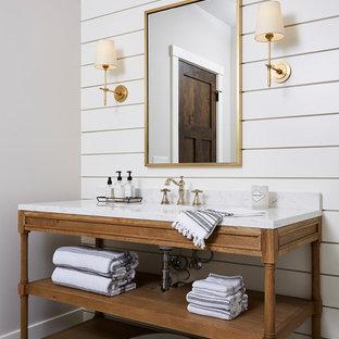 Idéer för mellanstora lantliga grått badrum med dusch, med möbel-liknande, bruna skåp, en dusch i en alkov, en toalettstol med separat cisternkåpa, vit kakel, keramikplattor, vita väggar, cementgolv, ett undermonterad handfat, marmorbänkskiva, svart golv och dusch med gångjärnsdörr