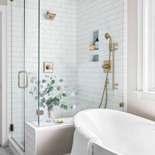 Idéer för ett mellanstort klassiskt en-suite badrum, med ett fristående badkar, en hörndusch, vit kakel, porslinskakel, beige väggar, klinkergolv i porslin, ett undermonterad handfat och grått golv